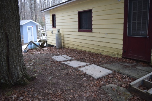 When we took possession of the little cabin, it was a bit of a mess on this side.